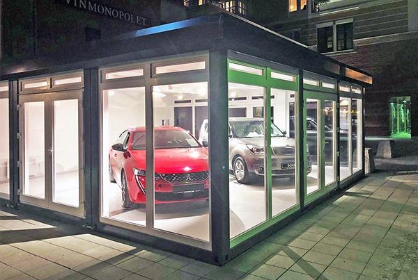 Auto showroom door glazen wanden