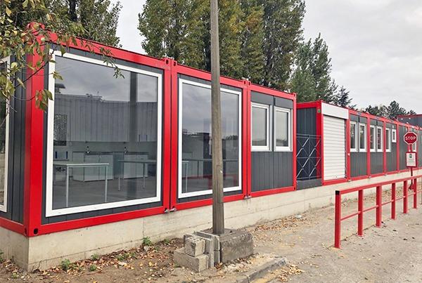Kantoorcomplex met glazen wanden